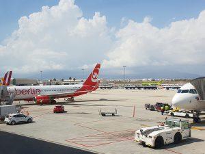 Ausblick Raucherbereich Flughafen Palma nach Sicherkeitskontrolle - Check-In