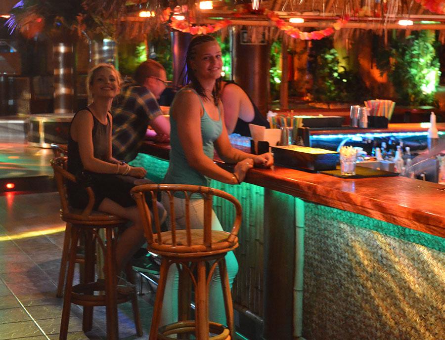 Jugendreisen Blanes - Spanien Costa Brava - Jugendliche an der Bar