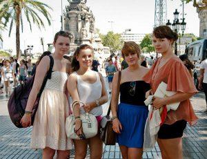 Jugendreisen Calella Spanien -Ausflug Barcelona - Jugendliche beim Bummeln