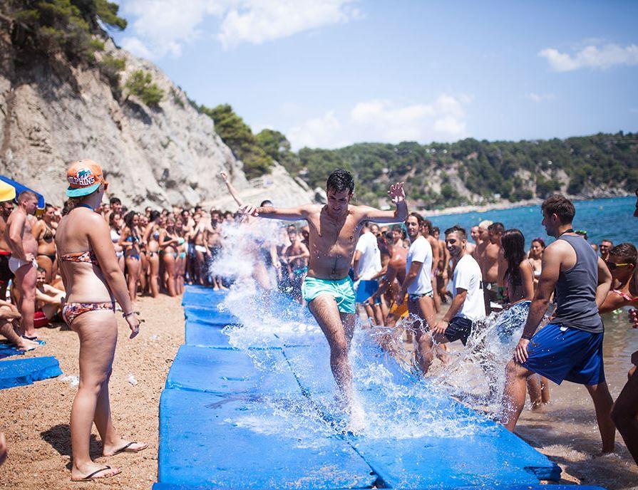 Jugendreisen Calella Spanien Ausflug Partybeach Wasseranimation