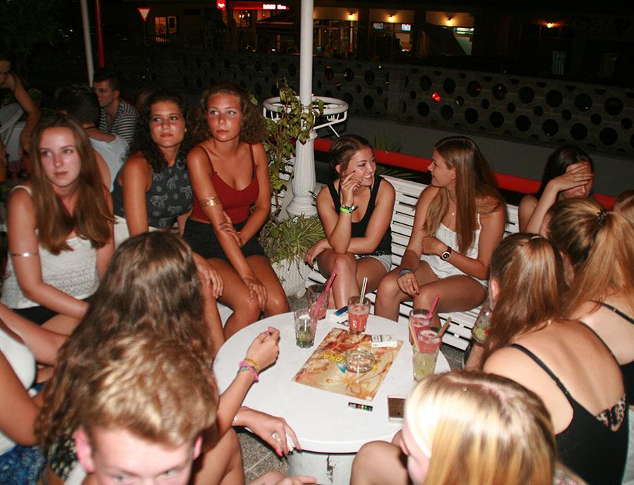 Jugendreisen Calella Spanien - Nightlife Mädelsgruppe