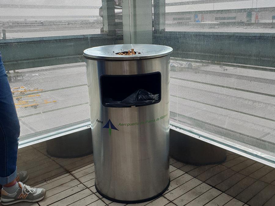 Raucherbereich Flughafen Palma nach Sicherkeitskontrolle - Check-In