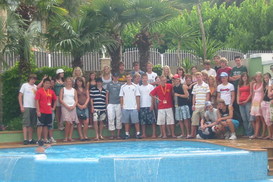 Jugendreisen - Unterkünfte Hotel Gruppenbild am Pool
