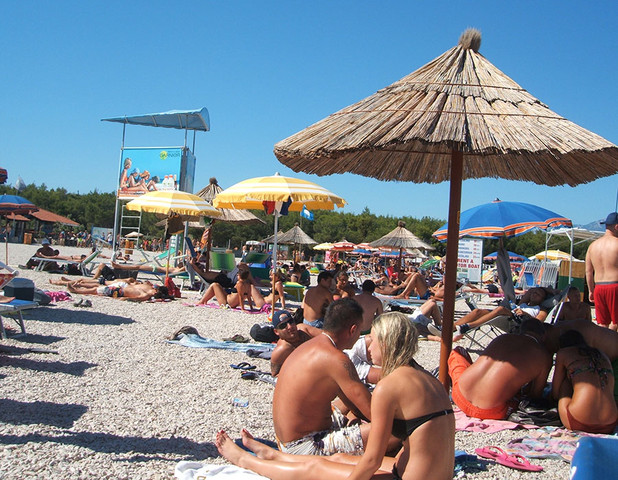 Jugendreisen Novalja Kroatien Informationen Leute am Zrce Beach