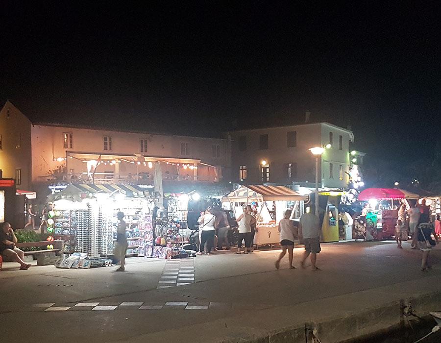 Jugendreisen Novalja Kroatien Informationen Markt am Abend