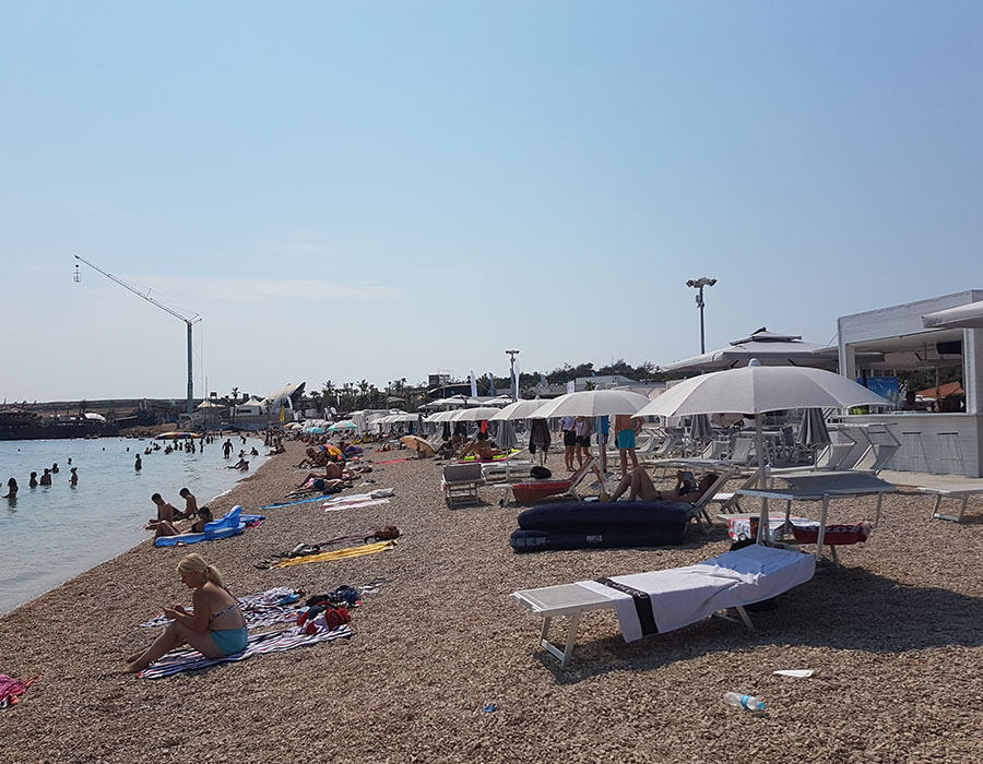 Jugendreisen Novalja Kroatien Informationen Partystrand Zrce Beach am Tag