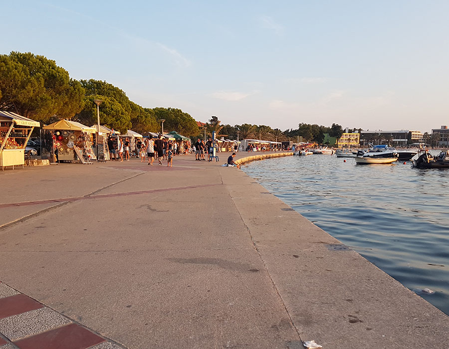 Jugendreisen Novalja Kroatien Informationen Strandpromenade am Abend