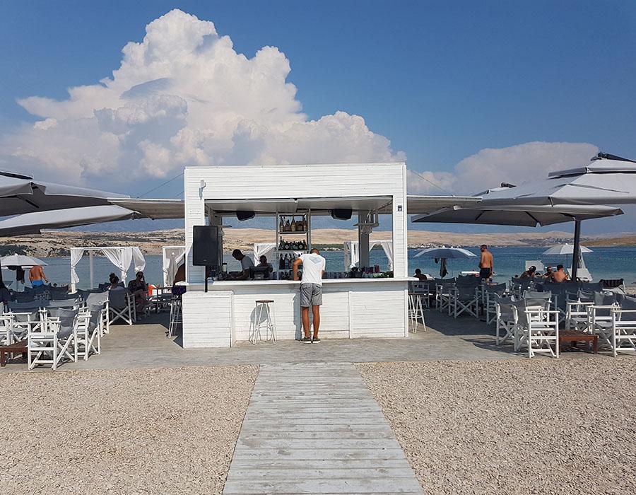 Novalja Zrcé Beach Kroatien Cocktailbar und Liegenverleih