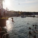 Novalja Zrce Beach Kroatien Sprung ins Wasser im NOA
