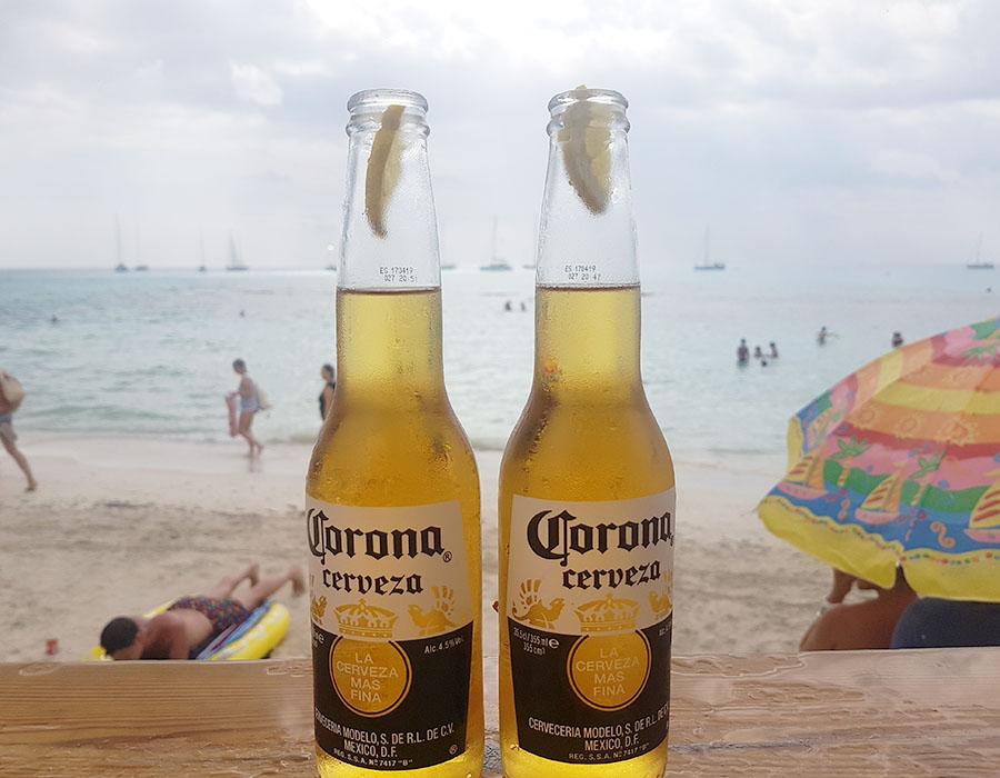 Partyurlaub im September Mallorca Coronaflaschen am Strand