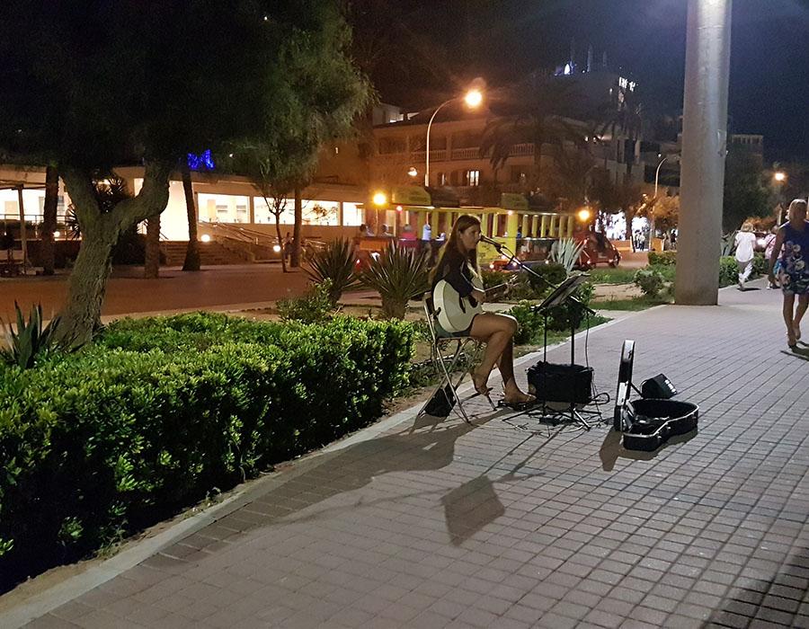 Partyurlaub im September Mallorca - Musiker mit Gitarre