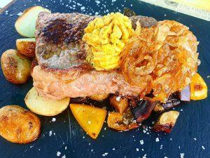 Angus Steak mit Zwiebel und Kartoffeln im Cafe Träumeria
