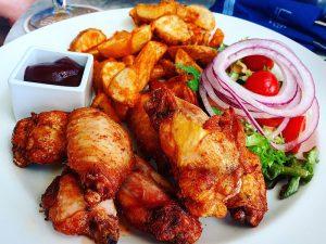 Barbecue Chicken Wings mit wilden Kartoffeln - Essen gehen auf Mallorca