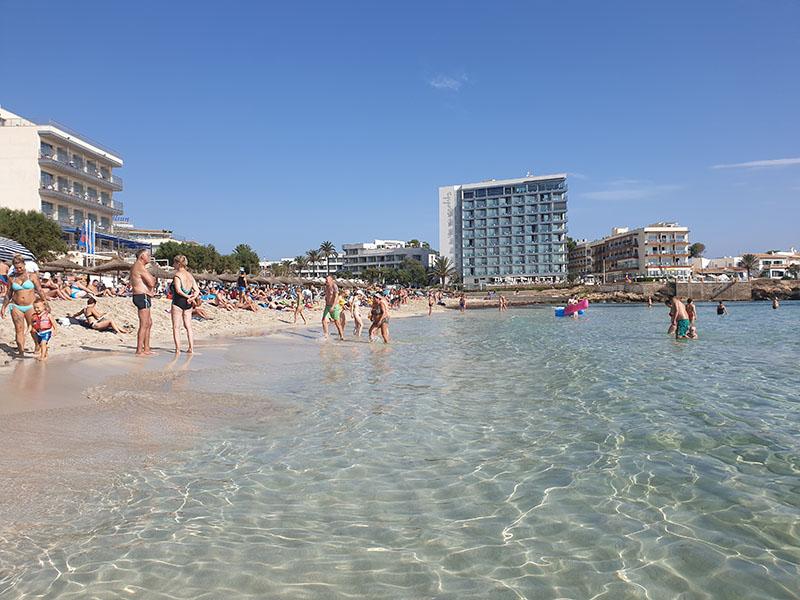 Blick auf den Strand San Moll Cala Ratjada im September