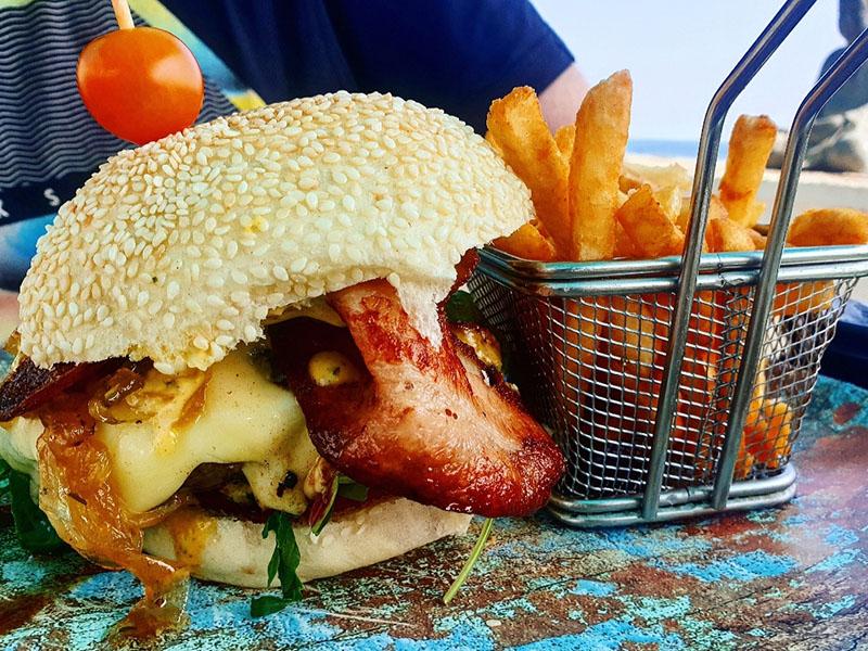 Burger mit Speck im Cafe Träumeria