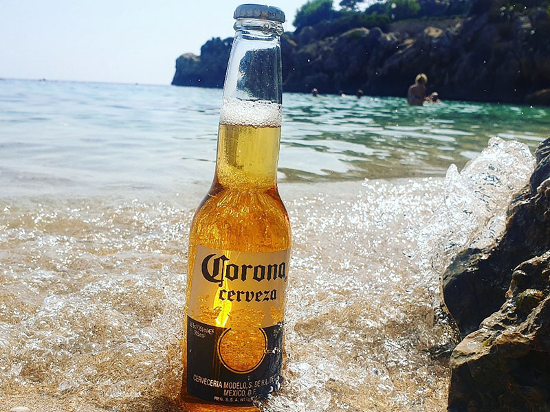 Cala Gat die Bucht in Cala Ratjada hier mit Corona Bier