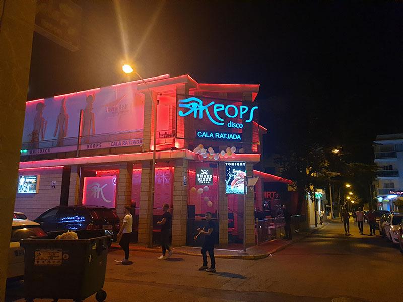 Der Club Keops im September auf Cala Ratjada von außen
