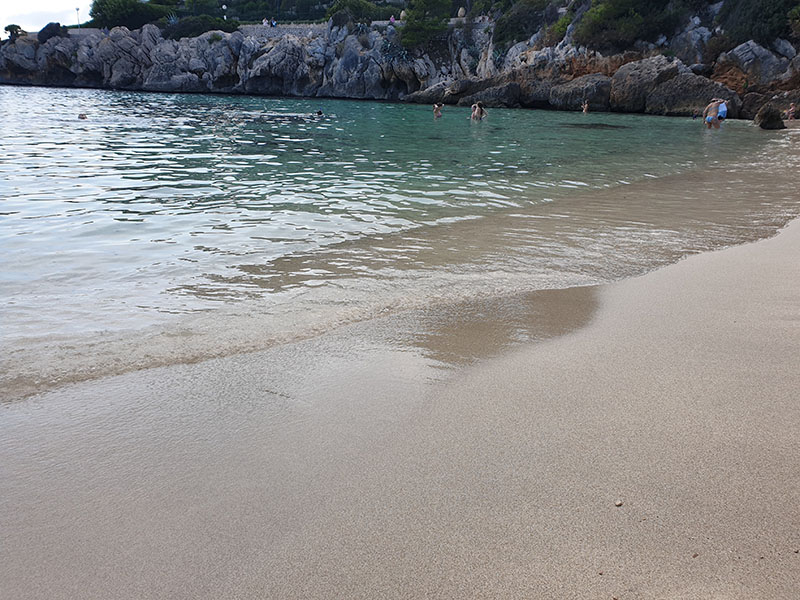Feiner Sandstranda in der Bucht Cala Gat von Cala Ratjada auf Mallorca