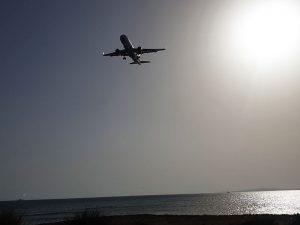 Flieger bei der Landung am Flughafen Palma