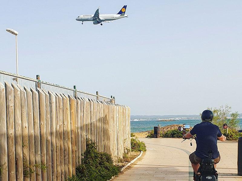 Flugzeug und E-Roller auf Mallorca im September