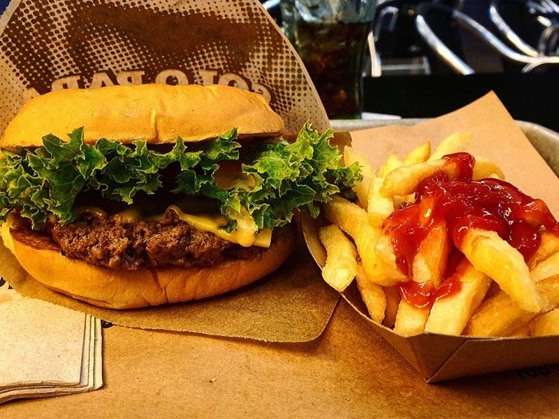 Kleiner Burger mit Pommes