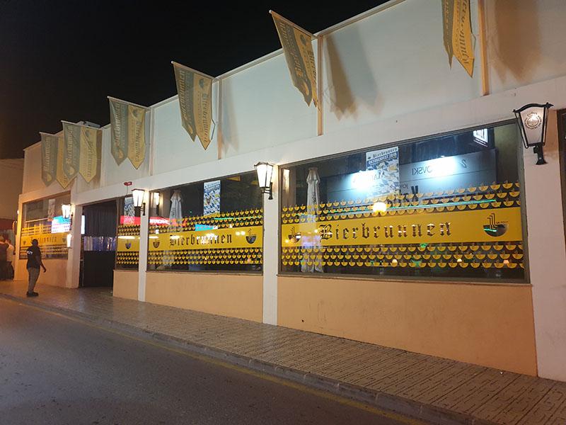 Nightlife Cala Ratjada auf Mallorca im September hier Bierbrunnen von außen