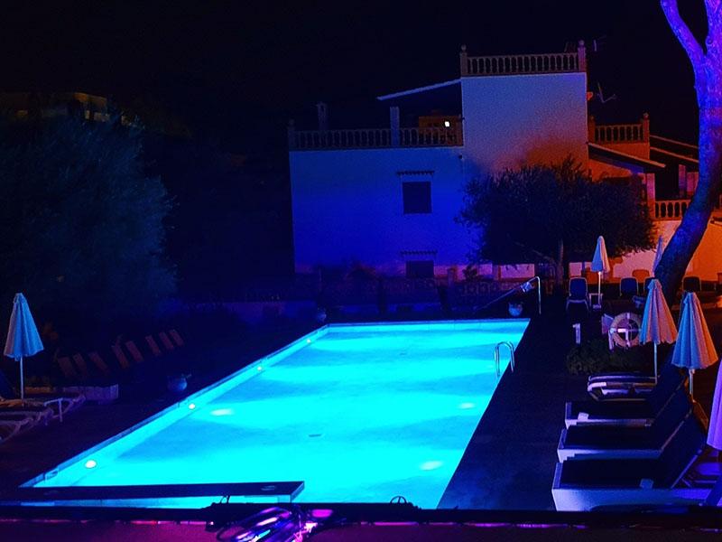 Pool vom Hotel Clumba bei Nacht