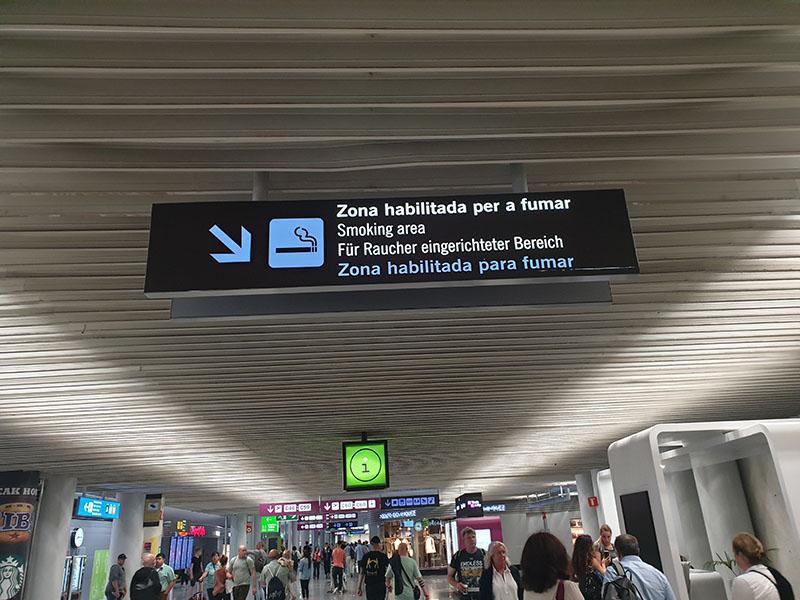Schild zum Raucherbereich am Flughalfem Palma