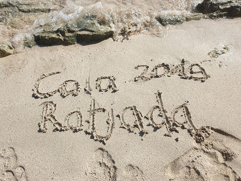 Schriftzug Cala Ratjada 2019 im September im Sand