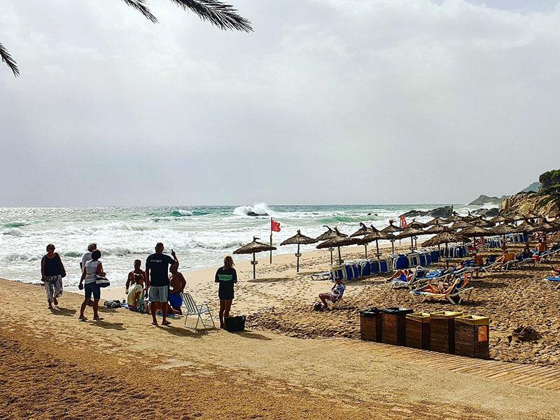 Stürmische Wellen am Strand von San Moll