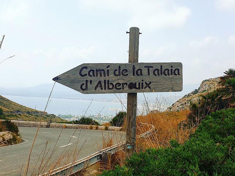 Straße und Schild beim Cap Formentor auf Mallorca