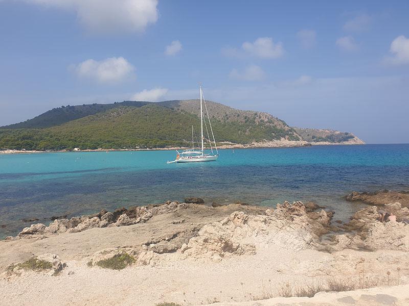 Türkises Meer Cala Agulla mit Boot