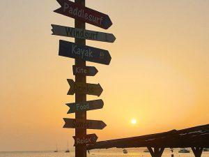 Wegweiser im Sonnenuntergang im September am El Arenal