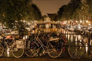 Typisches Bild für Amsterdam hier Fahrräder am Kanal