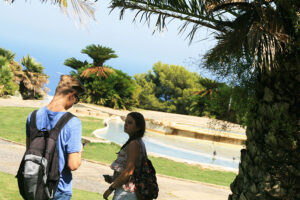 Touristen im Park Güell Tagesausflug Städtetrip Barcelona