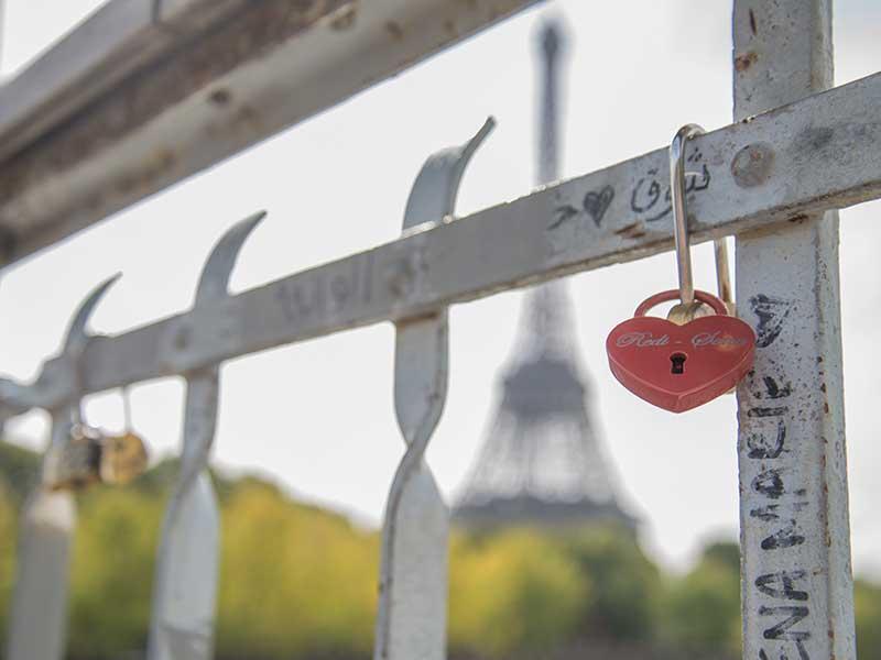 Beliebte Tradition bei einer romantischen Städtereise nach Paris in Frankreich - Schloss mit Initialien