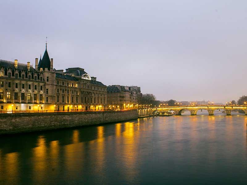 Die Seine in Paris am Abend