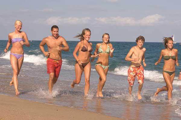 Job unter der Sonne am Meer hier Sport am Strand mit Reiseleiter