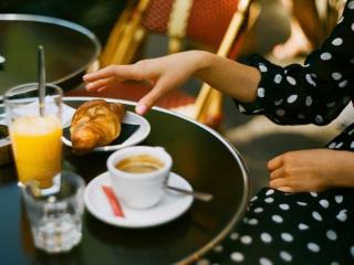 Klassisches Pariser Frühstück mit Croissant