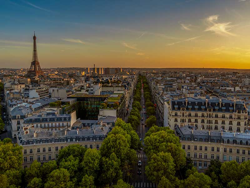 Paris am Abend mit Sonnenuntergang