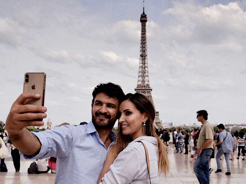 Verliebtes Paar vor dem Eiffelturm - Städtetrip
